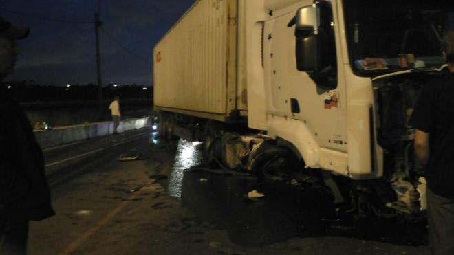 На Лиговском путепроводе грузовик влетел в отбойники