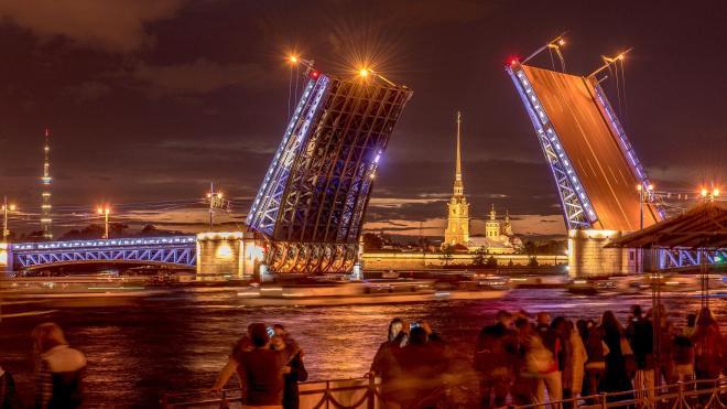 Из-за сильного ветра в Петербурге не стали разводить мосты