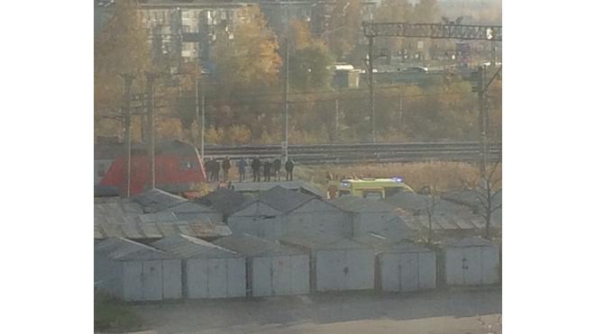 """Попавший под поезд на платформе """"Ручьи"""" мужчина умер в больнице"""