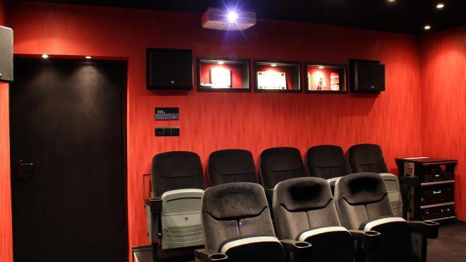 Кинотеатры Петербурга продолжат работать в праздники с ограничениями