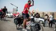 Фанат сборной Египта едет на велосипеде на ЧМ-2018 ...
