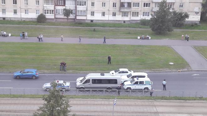 На Солидарности полиция на трех машинах задерживала водителя микроавтобуса
