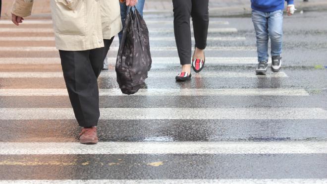 В Петербурге на пешеходе сбили двух женщин