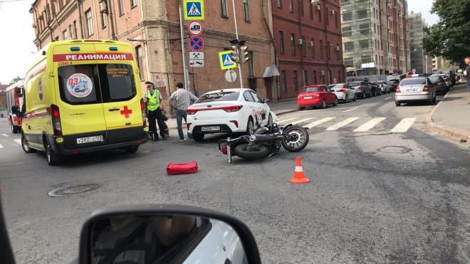"""Мотоциклист получил серьезные травмы в ДТП с """"Ситимобил"""" на севере Петербурга"""