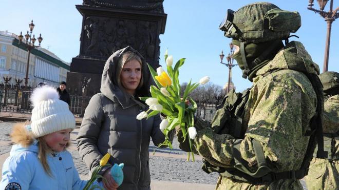 Петербургские военнослужащие ЗВО поздравили жительниц города с 8 марта