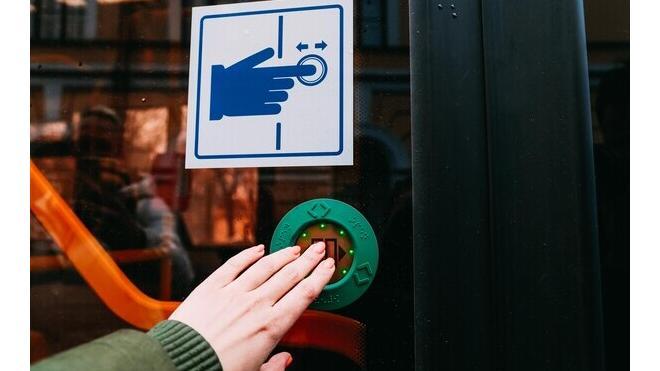 Петербуржцам предложили открывать двери трамваев и троллейбусов с помощью кнопки