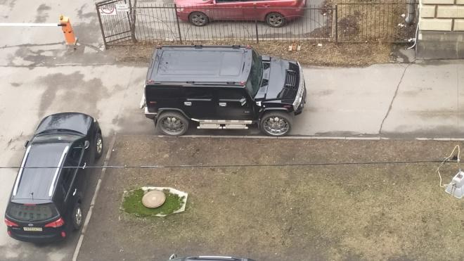 """Припаркованный на тротуаре Уфимской улицы """"Хаммер"""" возмутил горожан"""