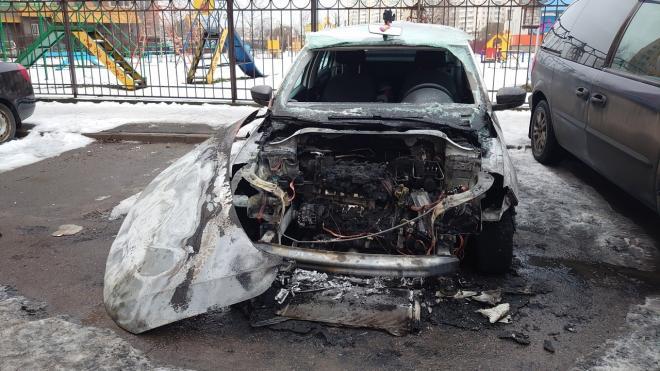 В Шушарах обнаружили сгоревшую машину каршеринга