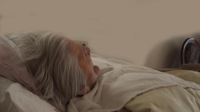 Агрессивная сиделка отправится в колонию за избиение лежачей пенсионерки