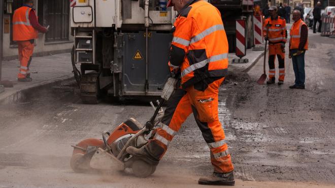 В Кировском, Центральном и Московском районах начали ремонтировать дороги