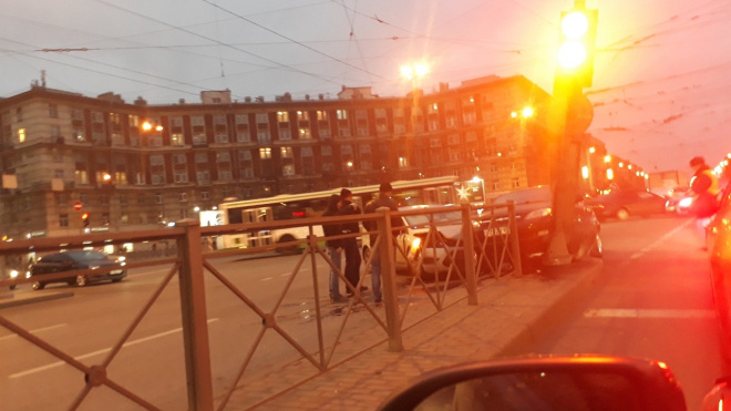 """Возле """"Новочеркасской"""" две иномарки повредили светофор"""