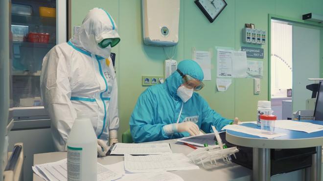 Число обратившихся за медпомощью пациентов с COVID-19 в Петербурге снизилось на 37,59%