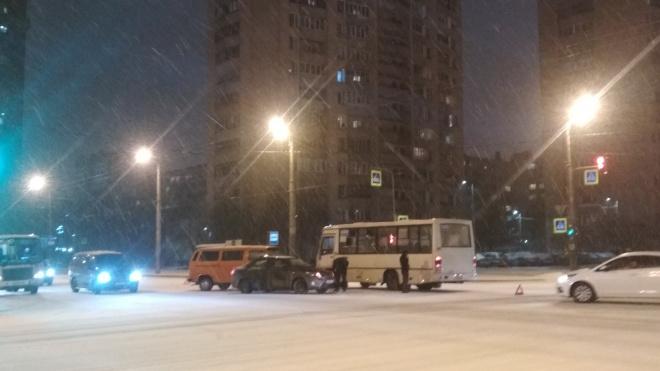 Маршрутка столкнулась с двумя автомобилями на перекрестке в Петербурге