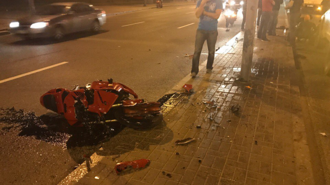 Мотоциклист врезался в столб в Петербурге