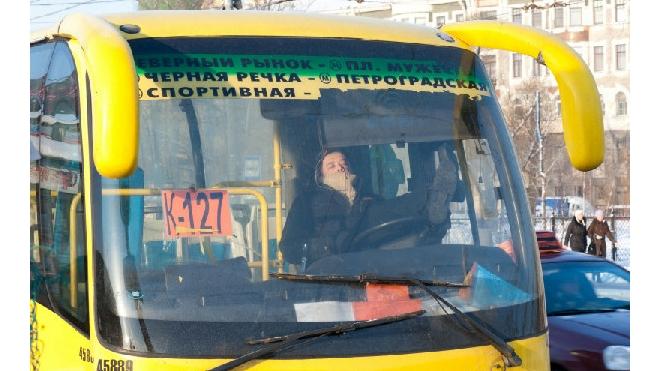 """На Литовской """"Лада"""" врезалась в маршрутку. Пострадал водитель легковушки"""