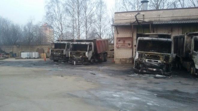Неизвестные бандиты подожгли сразу 12 грузовиков на Полюстровском проспекте