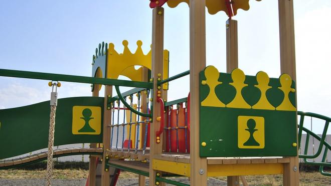 В Солнечном пятилетняя девочка упала с детской горки: ребенок в тяжелом состоянии