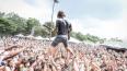 Американский рок-гитарист плюнул фанатке в глаз пивом, ...