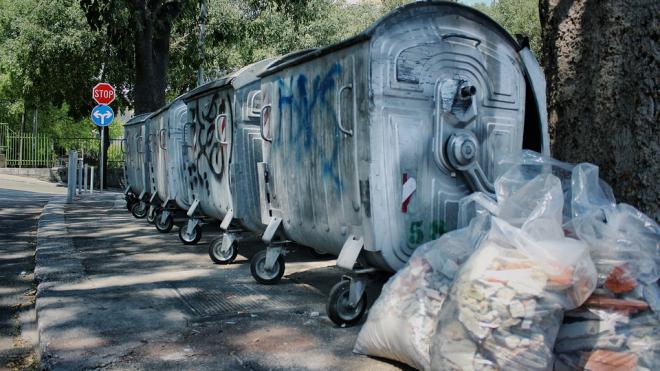 На улице Бутлерова у мусорного бака обнаружили труп мужчины