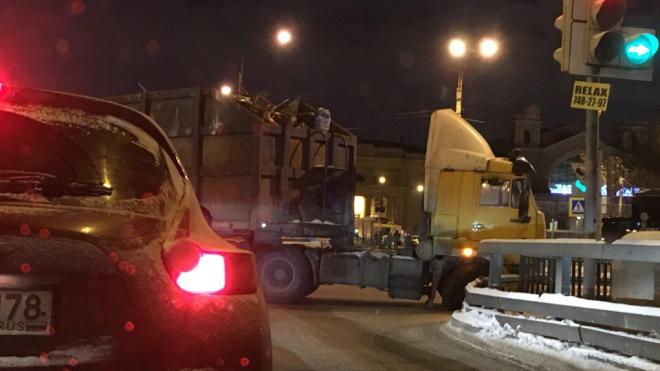 На перекрестке Обводного и Митрофаньевского фура лишилась колеса