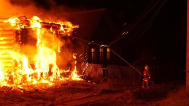В Новосибирске двое детей и мужчина задохнулись на пожаре в собственном доме