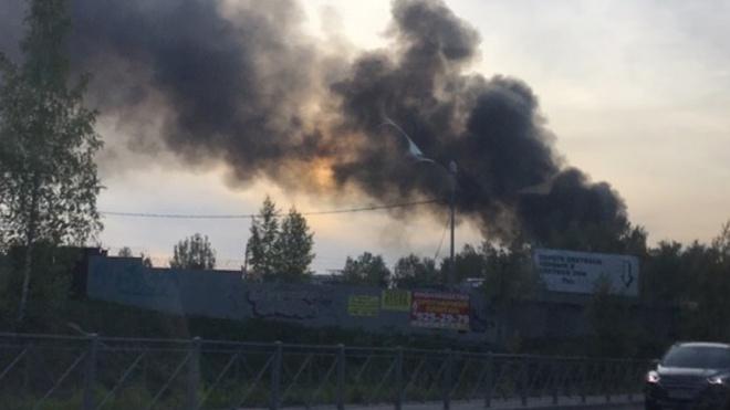 В Сертолово сгорел ангар на стоянке грузовиков