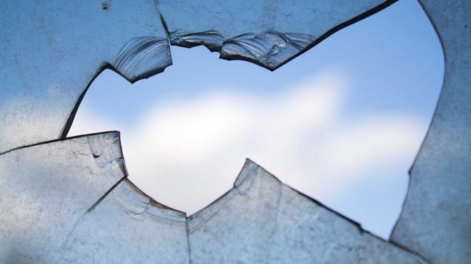 Выборгский хулиган просто так сломал стекла двух машин