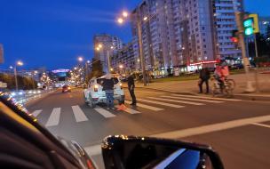 """Велосипедист угодил под колеса """"Рено"""" на Комендантском проспекте"""