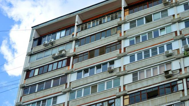 На Дыбенко мужчина выбросил ребенка-аутиста с балкона третьего этажа и выпал сам