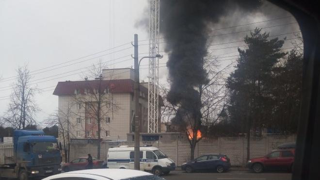На территории сестрорецкой больницы разгорелся строительный мусор