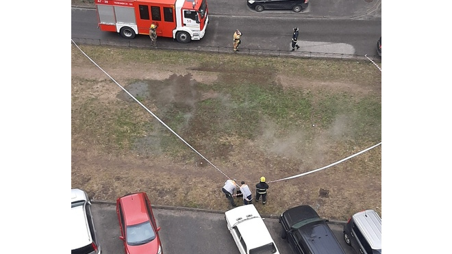 Под окнами жилого дома на улице Димитрова под газоном прорвало трубу