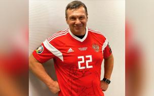 Черчесов подарил футболку Дзюбы ведущему Соловьеву