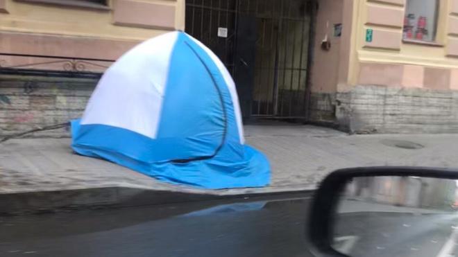 """Неизвестные """"заночевали"""" в палатке в центре Петербурга"""