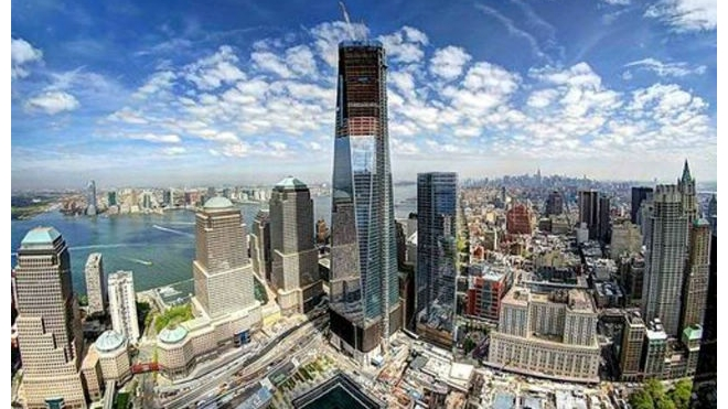 В Нью-Йорке мойщики окон зависли на торговом центре на высоте 50-го этажа