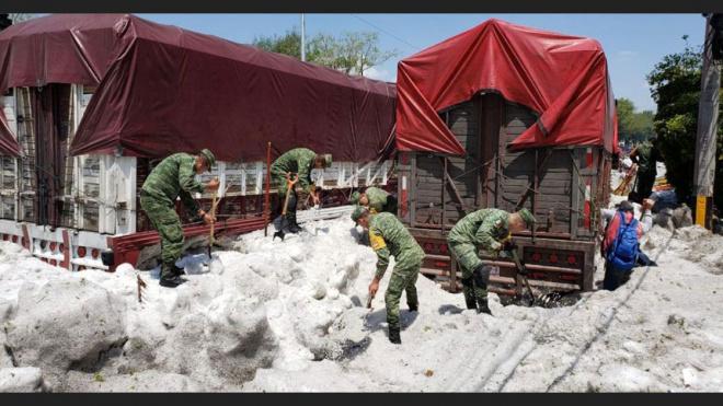 В Мексике город Гвадалахара засыпало метровым слоем града