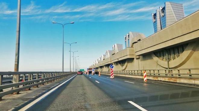 На дамбе в Петербурге закроют одну полосу движения из-за ремонта