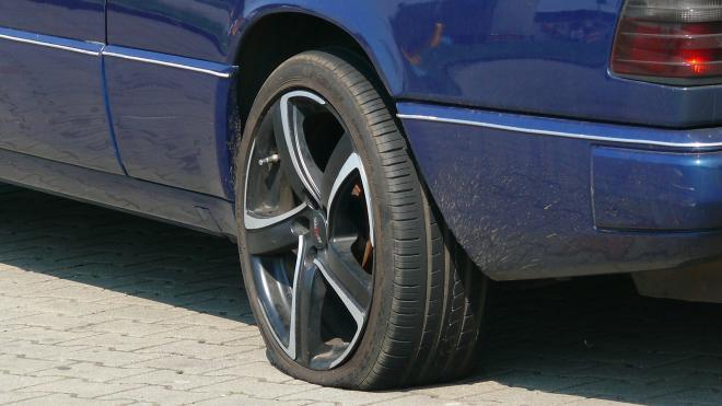 На Краснопутиловской автомобилист в пылу конфликта толкнул оппонента под колеса машины
