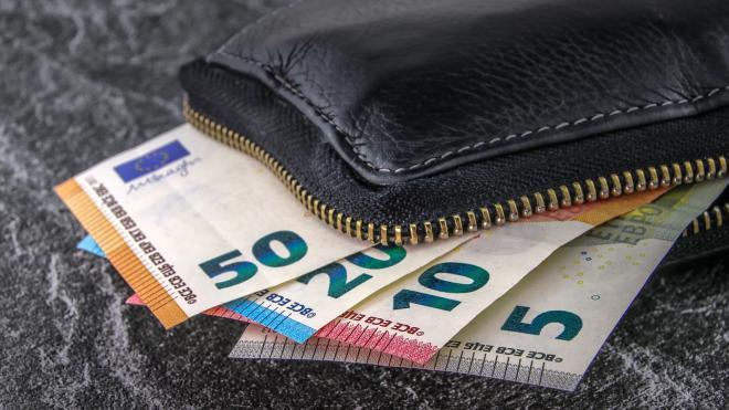 Жительница Перми украла из сумки пассажирки Пулково 28 тысяч рублей