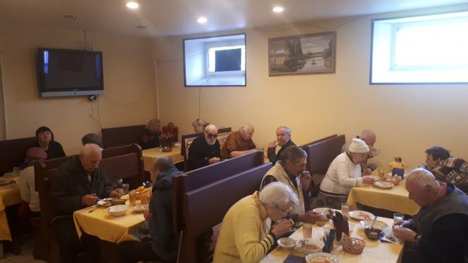 """Кафе """"ДоброДомик"""" сновабесплатно кормит петербургских пенсионеров"""