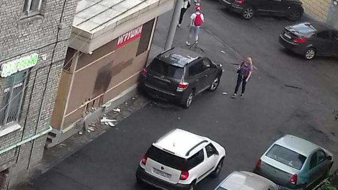 В Автово иномарка врезалась в магазин, водитель сбежал