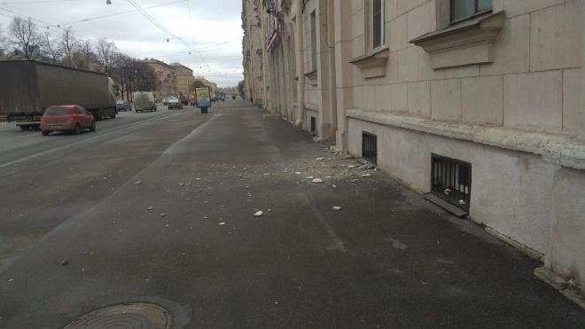 Кусок штукатурки отвалился от балкона на проспекте Стачек