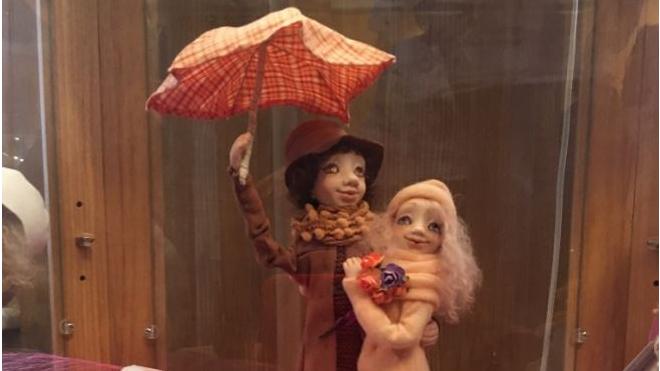 Открылась выставка кукол художницы, погибшей в теракте в метро Петербурга