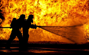 """На проспекте Ветеранов 14 спасателей тушили горящую """"однушку"""""""