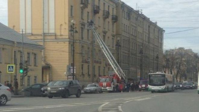 Сотрудники МЧС клянутся, что специально обрушили балкон на Невском