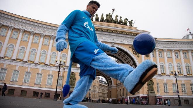 Дуглас Сантос прогулялся по Петербургу в костюме Синегривого льва