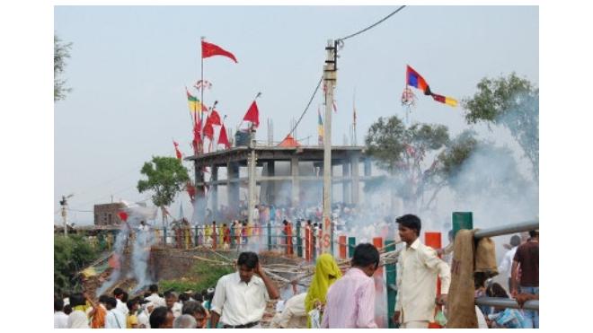 В давке у индийского храма погибли более 90 человек