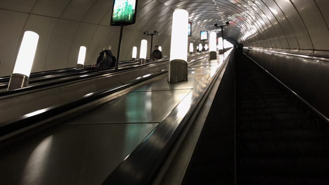 На оранжевой ветке метро остановилось движение. Сломался поезд