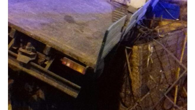 На Митрофаньевском шоссе грузовик снес туалет и улетел в котлован