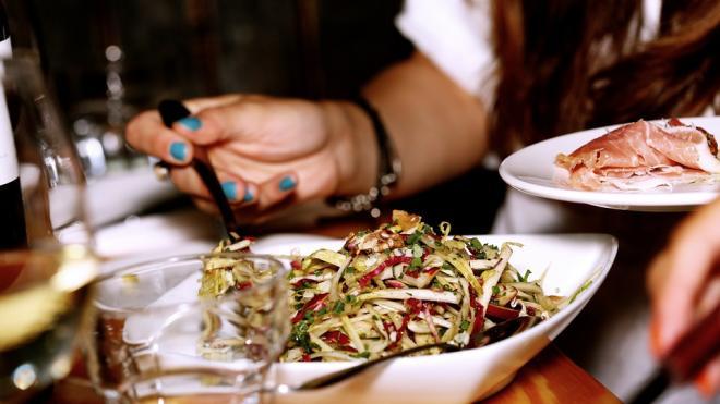 В ресторане на Лесном изъяли полтонны просрочки после отравления 11 клиентов