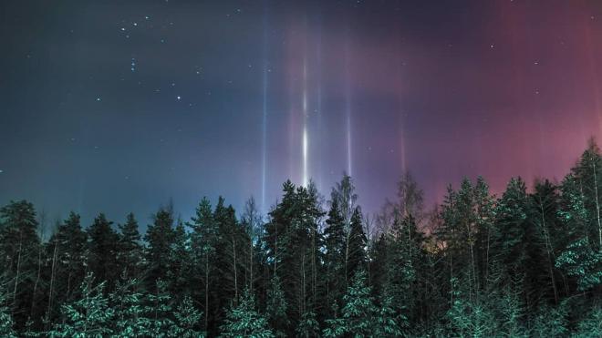 Световые столбы из-за сильных морозов появились над Петербургом